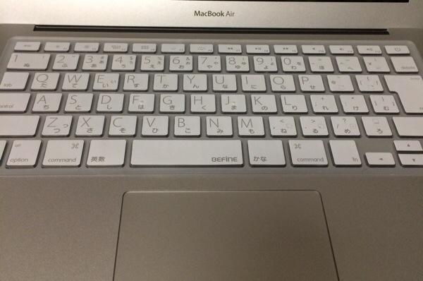 MacBook Airにキーボードカバーを装着したところ。感想は悪くないです。