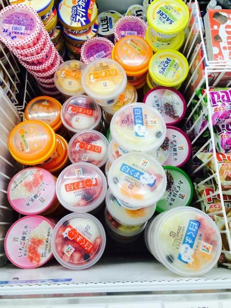 セブンイレブンのアイス売り場で3種のしろくまが売られている