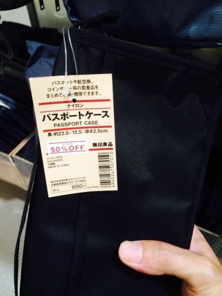 ちなみに無印良品のパスポートケースには、写真のものの他に薄型タイプというのもありますが、ここは収納力を重視して普通のやつで良いと思います。